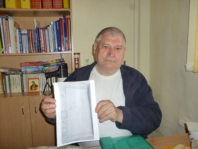 Михаил Рогожинский с планом своего участка, где закреплён свободный проезд к реке