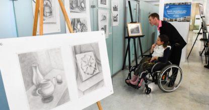 Инвалиды смотрят картины