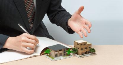 住宅を販売するセールスマン