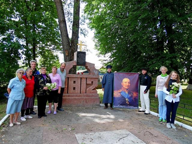 Люди в Клястицах у памятника