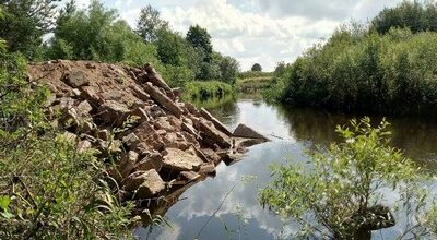 Свалка на бкрегу реки