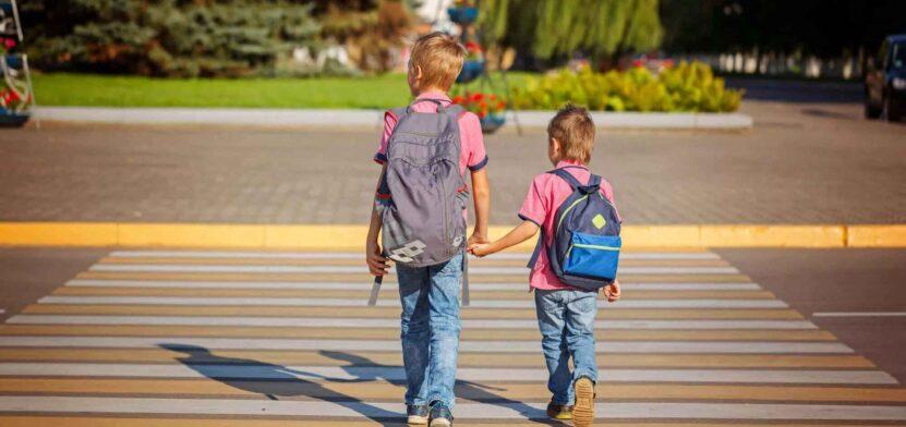 Дети идут по пешеходному переходу