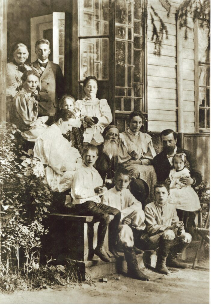 А.Н. Майков в кругу родных. Фотография начала 1890-х годов