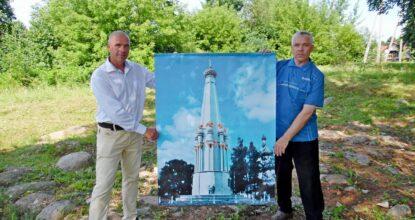Алексей и Андрей Буховецкие стоят на месте старого фундамента снесённого памятника c изображением Клястицкого монумента в честь победы в войне 1812 года.