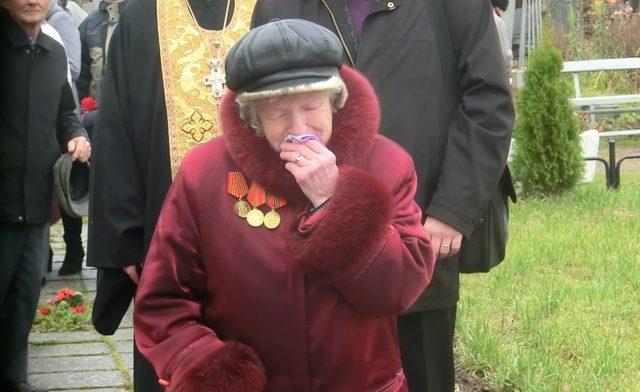 Плачет женщина на кладбище
