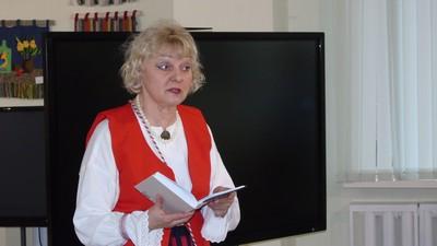 Нина Аниконова читает книгу