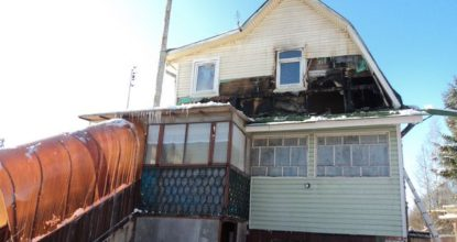 Сгоревшая крыша у дома
