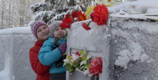 Цветы к памятнику
