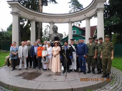 Общая фотография у памятника Витгенштейна