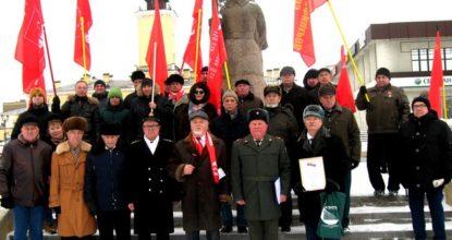 Коммунисты под флагами