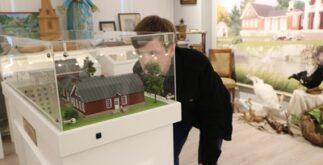 Илья Маслов рассматривает макет