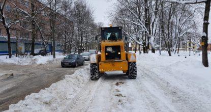Чистят улицы Гатчины