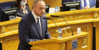 Перед депутатами выступает член избирательной комиссии Ленинградской области Вячеслав Баев