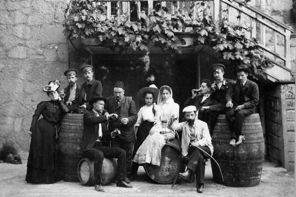 Писатель Александр Куприн с женой в Ялте, начало XX века.