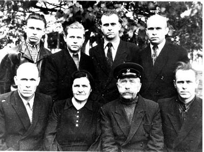 Семья Смирновых, Алексей стоит, крайний правый