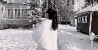 Девушка с бокалом вина на снегу