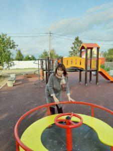 Тептина на детской площадке