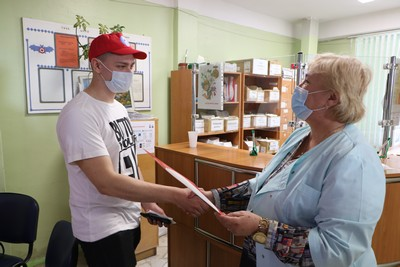 Завотделом комплектования донорских кадров Центра крови Ленобласти Алла Жук поздравляет жителя Гатчины с донорским совершеннолетием