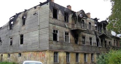 ССгоревший гатчинский дом