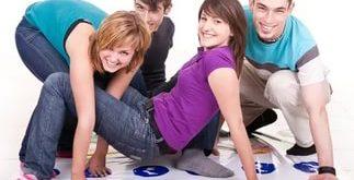 Подростки играют