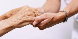 Руки старые и молодые