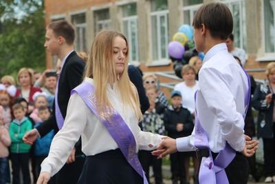 Танцуют выпускники