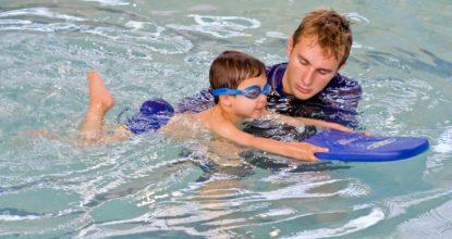 Учат ребёнка плавать