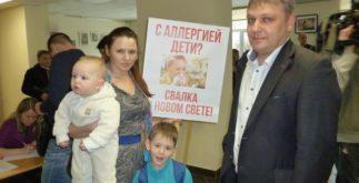 Евгений Крылов (справа) с маленькими общественниками